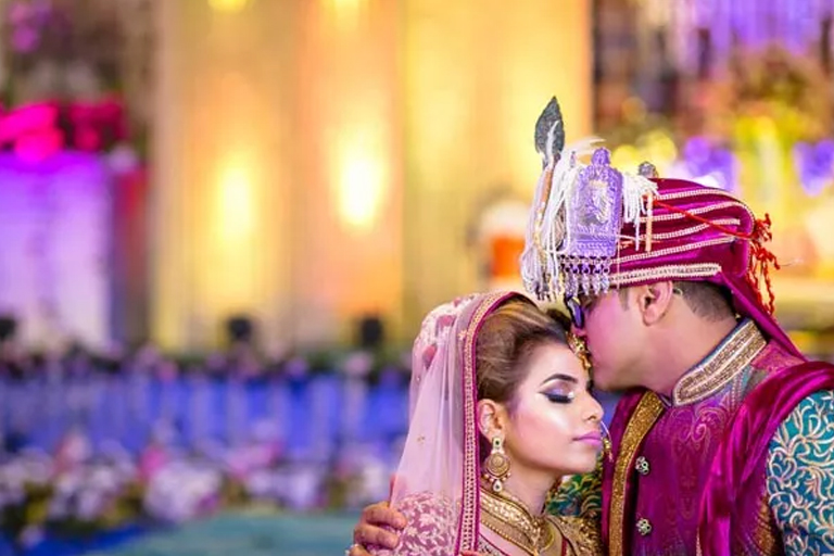 Hold the Face of your Groom